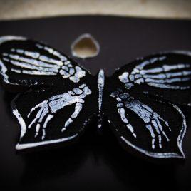 Brosche Schmetterling Knochenhände Skull Anstecknadel