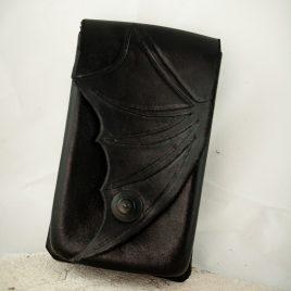 Gürteltasche Handytasche handvernäht schwarz Fledermausflügel Leder