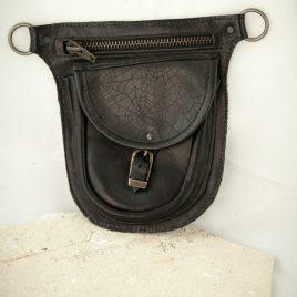 Gürteltasche flach Flatbag schwarz Leder 2 Fächer Spinnenwebe