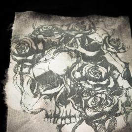 Beutel oder Turnbeutel Roseskull Schädel mit Rosen Lavendeldruck auf Bleichgrund