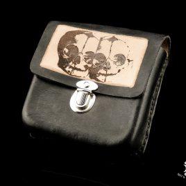Gürteltasche handvernäht schwarz braun mit Schädelmotiv Twinskull