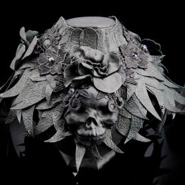 Kragen Halskragen Halskorsett Federkragen Echtleder Schädel Skull Totenkopf schwarz