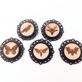 runde Brosche Anstecknadel Pin Motte Rabe Fledermaus Ziege Schmetterling