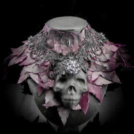 Kragen Halskragen Halskorsett Federkragen Echtleder Schädel Skull Totenkopf klein lila